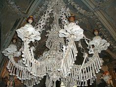 O Ossuário de Sedlec PQP! Que coisa macabra é essa!??! Quem decide fazer uma igreja com ossos humanos? É pra ser um santuário, um lugar de paz, serenidade… Bacana saber que tem gente que se sente assim, tão à vontade num lugar bizarro desses, né? Parabéns pro Frantisek Rint, o criador da linda decoração.