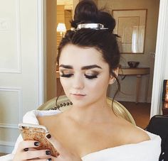 Maisie Williams getting ready for the 2017 Golden Globes (photo via Maisie's Instagram)