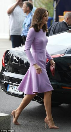Chart The Duchess Of Cambridge's Life In Style Princesse Kate Middleton, Kate Middleton Prince William, Prince William And Catherine, William Kate, Kate Middleton Legs, Estilo Kate Middleton, Kate Middleton Outfits, Kate Middleton Family, Princesa Kate