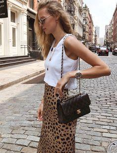 Mêlant jupe taille haute léopard, top cropped casual, médailles et sac griffé iconique, ce look a tout bon ! (photo Marie von Behrens)