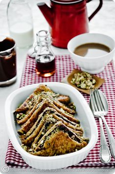 Who doesn't love chocolate and french toast? Chocolate and pistachio french toast with warm maple syrup. What's For Breakfast, Breakfast Dishes, Breakfast Recipes, Breakfast Healthy, Think Food, Love Food, French Toast, Little Lunch, Whats For Lunch