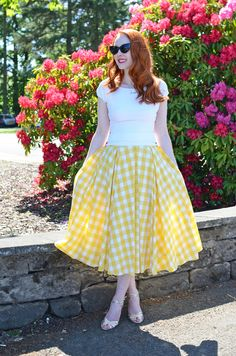 retro-inspired summer outfit: yellow gingham skirt with gold sandals Pin Up Outfits, Modest Outfits, Skirt Outfits, Pretty Outfits, Dress Skirt, Cute Outfits, Pinup Rockabilly, Rockabilly Fashion, Vintage Dresses