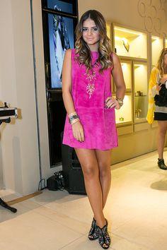 Rosa pink fica muito bem em peles bronzeadas, lindo vestido de couro.