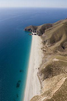 Doen tijdens je roadtrip door Andalusië, Spanje: bezoek strand Playa de los muertos in Almeria.