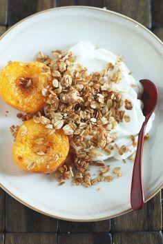 Homemade Granola + Broiled Apricots & Yogurt Healthy Desserts, Healthy Food, Yummy Food, Healthy Recipes, 365days, Vegan Breakfast, Granola, Yogurt, Lazy
