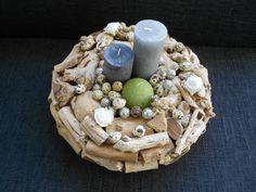 Krans van stukjes hout en kaarsen