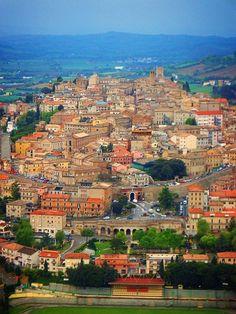 In primo piano il paesaggio urbano di Osimo, in salita. Sullo sfondo, il cielo…