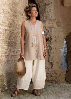 Safari style: sleeveless beige linen tunic and linen trousers.
