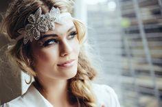 Para el gran día un sueño de diamantes de imitación. Banda hermoso pelo rhinestone de la vendimia, que con una banda de pelo de terciopelo marfil (elástico) se adjunta a la parte trasera en el pelo. La banda de pelo está ricamente bordado con pedrería tanto en plata. Puede ser usado para ocultar o simplemente porque sí.  Solicitud -En también se puede conectar a dos clips o cinta de encaje que se puede recogido en un bucle.  También hago disponibles bajo petición algo para usted, escribir me…