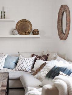 Salón noretnic con cojines en tonos beiges y azules. balndeja marroquí para decorar. inspiración noretnic. dar amïna blog