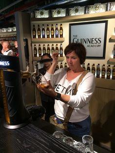 """Kristin oppfyller kravene til """"godkjent pint"""" på Guinness Academy Dublin, Ireland"""