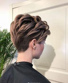 Betoverende A-Symetrische Kapsels! - Korte Kapsels - Betoverende A-Symetrische Kapsels! Short Grey Hair, Short Hair Cuts For Women, Short Hairstyles For Women, Tomboy Hairstyles, Down Hairstyles, Shot Hair Styles, Curly Hair Styles, Long Bob Pixie, Androgynous Hair