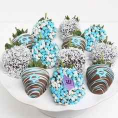 Chocolate Covered Strawberries decorated for Hanukkah Hanukkah Food, Hanukkah Decorations, Christmas Hanukkah, Happy Hanukkah, Hanukkah Meals, Hanukkah Recipes, Winter Diy, Valentine Day Gifts, Valentines