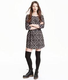 Een korte jurk van geweven kwaliteit met driekwart mouwen, steekzakken en een naad met elastiek in de taille. Ongevoerd.