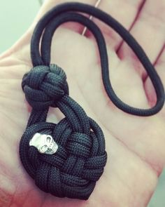 The Black Celtic Heart knot made by Everaert Kris  #paracord #paracordskull #ropeart #knotting #paracordart #paracord #heart #heartache #paracord550 #keyfobs #edc #skullbeads