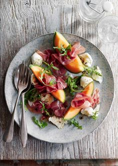 Salade met meloen, mozarella en ham.