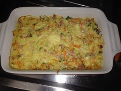 Arroz de Forno - 4 xícaras (chá) de arroz cozido, 100 g de mussarela ralada, 100 g de presunto cortado em cubos pequenos, 1 cenoura ralada, 2 colheres (sopa)...