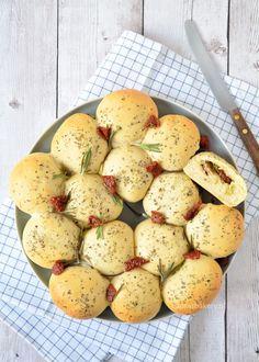 Door deze gevulde broodjes als een krans te bakken past hij perfect bij Kerst. Ik vertel je stap-voor-stap hoe je deze krans van gevulde broodjes maakt.