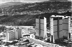 """Construcción - Parque central. En 1970 se comienzan a construir los edificios Tacagua, Caroata, Catuche, Tajamar, San Martín, El Tejar, Mohedano y Anauco 8 edificios. El complejo fue inaugurado en 1973 se consideró como el """"desarrollo urbano más importante de América Latina""""."""