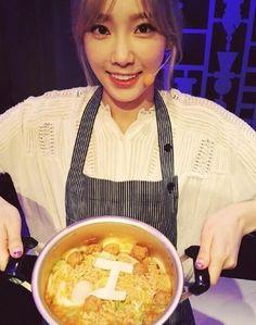 """少女時代 テヨン、自身のアルバムタイトルを盛り込んだラーメンを披露""""可愛らしいシェフ"""" - ENTERTAINMENT - 韓流・韓国芸能ニュースはKstyle テヨンは4日、自身のInstagram(写真共有SNS)に「鍋の中のこれが何かと聞かれたらアンソンテン麺、Iラーメン、テング工房、今日の集まり成功」と書き込み、写真を掲載した。 公開された写真には、ラーメンの上に自身のソロアルバムのタイトル「I」の文字を食べ物で表現し、笑顔でカメラを見つめているテヨンの姿が写っている。"""