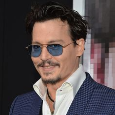 Pin for Later: Johnny Depp trägt Amber Heards Verlobungsring auf dem roten Teppich!