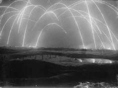 一 戰 期 間 一 位 英 國 攝 影 師 鏡 頭 下 的 塹 壕 戰, 夜 空 上 的 並 非 煙 火, 而 是 雙 方 互 射 迫 擊 炮 形 成 的 光 軌。