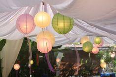 Reispapierlampen in der Mitte des Zeltes hängen