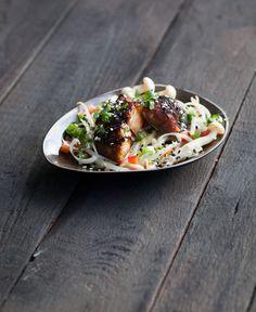 Gemarineerde makreel , geglaceerd met teriyakisaus en oosterse garnituren |
