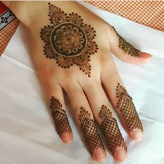 Round Mehndi Design, Eid Mehndi Designs, Simple Mehndi Designs, Mehndi Designs For Hands, Mehndi Mano, Hand Mehndi, Henna Patterns, Henna Art, Pakistani Dresses