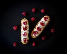 Éclairs noisette-chocolat blanc-framboises Pour 15 éclairs: ► Pour la ganache montée: Préparation: 10 minutes - Cuisson: 5-7 minutes - Repos: 3 heures 150g de chocolat blanc Valrhona Ivoire 35% 300ml de crème liquide entière 35% 10ml de sirop de glucose ou de miel Torréfier le chocolat blanc 5-7 minutes à 160°C. Dans une casserole faire bouillir 100g de crème avec le glucose ou le miel, verser la crème chaude sur le chocolat blanc torréfié et mixer avec un mixeur...