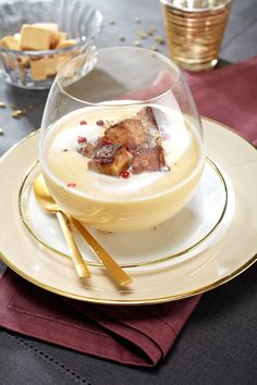 Velvety of white coconuts and pan-fried foie gras / Cream of white coconuts and fried foie gras Gourmet Appetizers, Soup Appetizers, Finger Food Appetizers, Finger Foods, Chefs, Healthy Crockpot Recipes, Cooking Recipes, Easy Desserts, Chicken