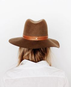 Chapeau masculin + chemise blanche = le bon mix (photo Mija)