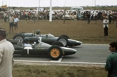 1962 SAGP, EAST LONDON : START (front row) 1-Jim Clark, Lotus-Climax 25 #1, Team Lotus, Retired (oil leak, lap 62). 2-Graham Hill, BRM P57 #3, Owen Racing Organisation, Winner. (ph: 90years.autosport.com)