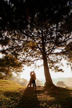 Ideas travel couple photography pictures for 2019 Couple Photoshoot Poses, Couple Photography Poses, Pre Wedding Photoshoot, Travel Photography, Engagement Photo Poses, Engagement Pictures, Funny Wedding Photos, Wedding Pictures, Rustic Prenup