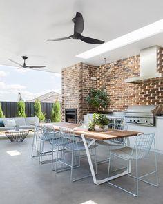 〚Villa moderne avec des murs en verre et des détails de loft en Australie〛 Ф оото ◾Идеи◾ Дизайн Outdoor Bbq Kitchen, Outdoor Kitchen Design, Outdoor Kitchens, Outdoor Living Rooms, Outdoor Dining, Perth, Brisbane, Cubes, Alfresco Designs