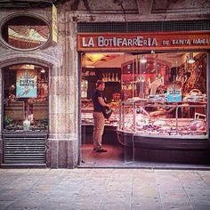 La botifarreria de Santa María #botifarra #butifarra #charcuterie #xarcuteria #cuinacatalana #gourmet #gastronomia #elborn #tiendas #tradicion #embutidos #tiendaantiguedades #comercios #bcn #productos #comida #food #barcelonafood #sabor #ig_barcelona #compras #santamariadelmar