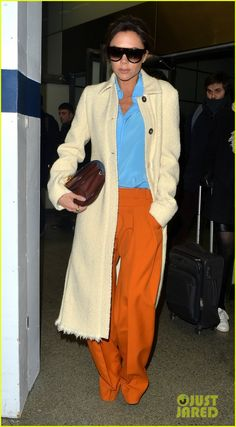 Victoria & David Beckham Jet Out of Paris After Fashion Week: Photo Victoria Beckham stylishly makes her way through an airport for her flight back home on Monday night (January in Paris, France. Mode Victoria Beckham, Victoria Beckham Outfits, Viktoria Beckham, Victoria And David, English Fashion, Business Chic, Colour Combo, David Beckham, Comfortable Fashion