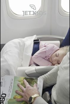 How to make travel with kids easy, comfortable & fun parenting plane ride - baby products list Traveling With Baby, Travel With Kids, Family Travel, Baby Travel, Fun Travel, Toddler Travel, Kids And Parenting, Parenting Hacks, Baby Essentials