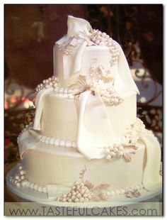 OMG LOVE this white grape wedding cake for a winery wedding!