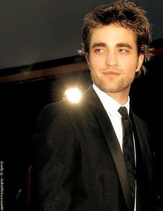 Robert Pattinson... what a babe(;