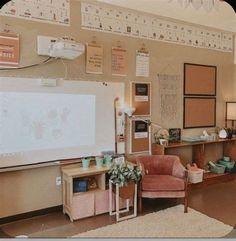 Classroom Layout, Classroom Posters, Classroom Design, Classroom Organization, English Classroom Decor, High School Classroom, New Classroom, Classroom Setting, Classroom Ideas