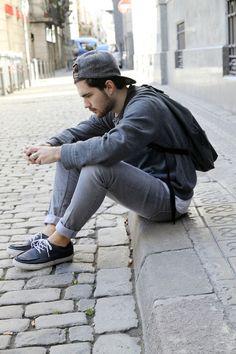 Jeans remangados, zapatos,  snapback ¿hace falta algo más para romper la pana?