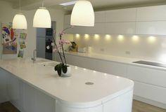 Private Residential Refurbishment, Kent: modern Kitchen by STUDIO 9010 Kitchen Wet Bar, High Gloss Kitchen, Kitchen White, Kitchen Diner Extension, Handleless Kitchen, Kitchen Lighting Design, Diy Kit, Luz Natural, Layout