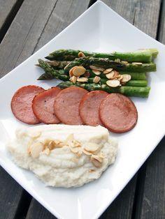 Blomkålspuré, stekt falukorv och sparris med brynt smör och rostad mandel