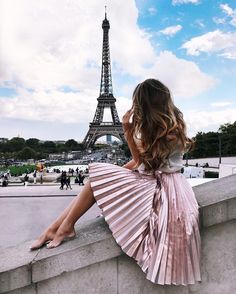 Pleated midi skirt pink as a dream and in the best place. Pleated in Paris!