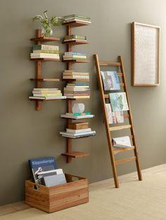 Prateleira de livros em tons de madeira no estilo minimalista