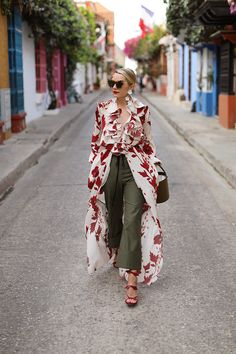 Today in Spring Accessories Week is all about the bucket bag. Roaming the colorful streets of Cartegena, Colombia with bows on my feet and flowers in my ears!