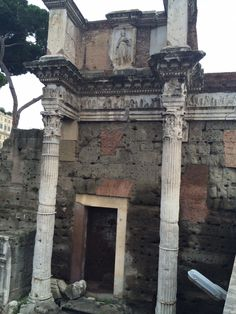 Op deze muur kan je duidelijk verschillende oud-romeinse eigenschappen zien: de korintische zuilen, het reliëf en het marmeren beeld.