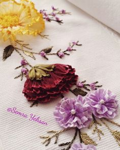 This Pin was discovered by Ser Ribbon Embroidery Tutorial, Floral Embroidery Patterns, Fabric Embellishment, Silk Ribbon Embroidery, Embroidery Stitches, Embroidery Designs, Yarn Flowers, Kanzashi Tutorial, Ribbon Art
