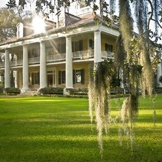 """The plantation in Mississippi where Stella and Blanche lived growing up. Blanche goes to stay with Stella in New Orleans and has to tell her she lost Belle Reve. It is referred to as """"A great big place with white columns"""". Old Southern Homes, Southern Plantation Homes, Plantation Style Homes, Southern Mansions, Southern Plantations, Southern Charm, Plantation Houses, Southern Living, Southern Nights"""